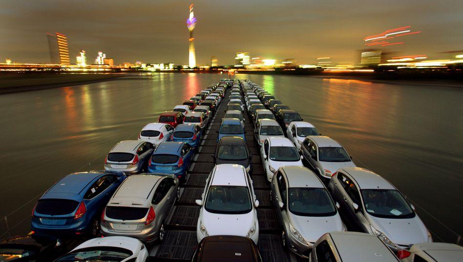 Neuwagen auf einem Schiff auf dem Rhein: Autos müssen weniger Abgase ausstoßen