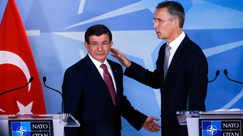 Der türkische Premier Davutoglu mit Nato-Generalsekretär Stoltenberg: Militärisches Gerät zugesagt