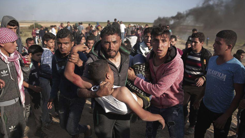 Palästinenser bringen im Gazastreifen einen angeschossenen Mann in Sicherheit