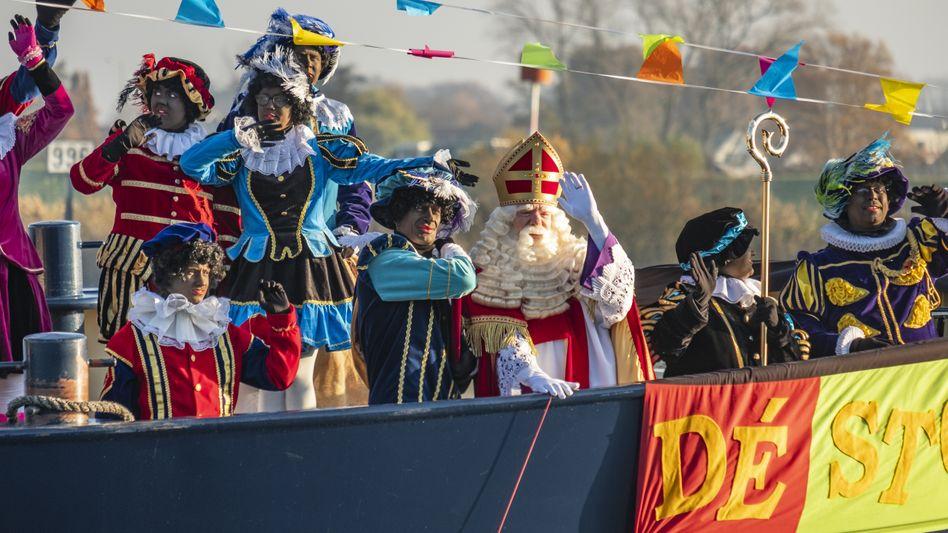 Nikolaus und seine Helfer im Norden von Amsterdam