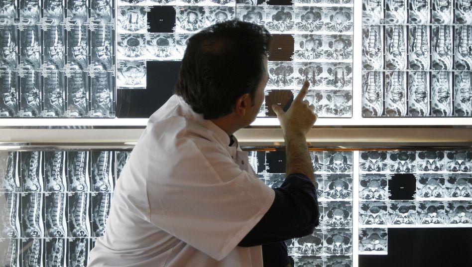 Radiologe (Archivbild): Massive Kritik von den Krankenkassen