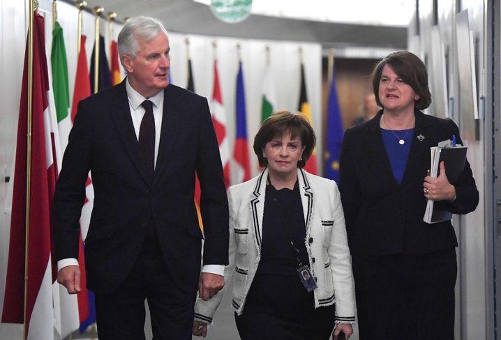 Michel Barnier, Arlene Foster (r.)