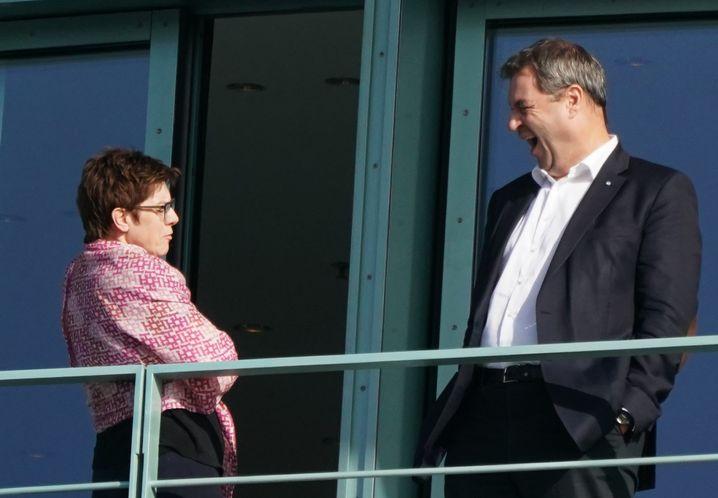 """CDU-Chefin Annegret Kramp-Karrenbauer und CSU-Chef Markus Söder auf dem Balkon des Kanzleramts: """"Sehr harte"""" Verhandlungen"""