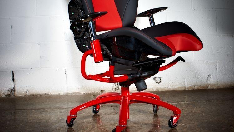 Schnittiges für den Chef: Ein Racechair-Bürostuhl, gefertigt aus einem Sportwagensitz