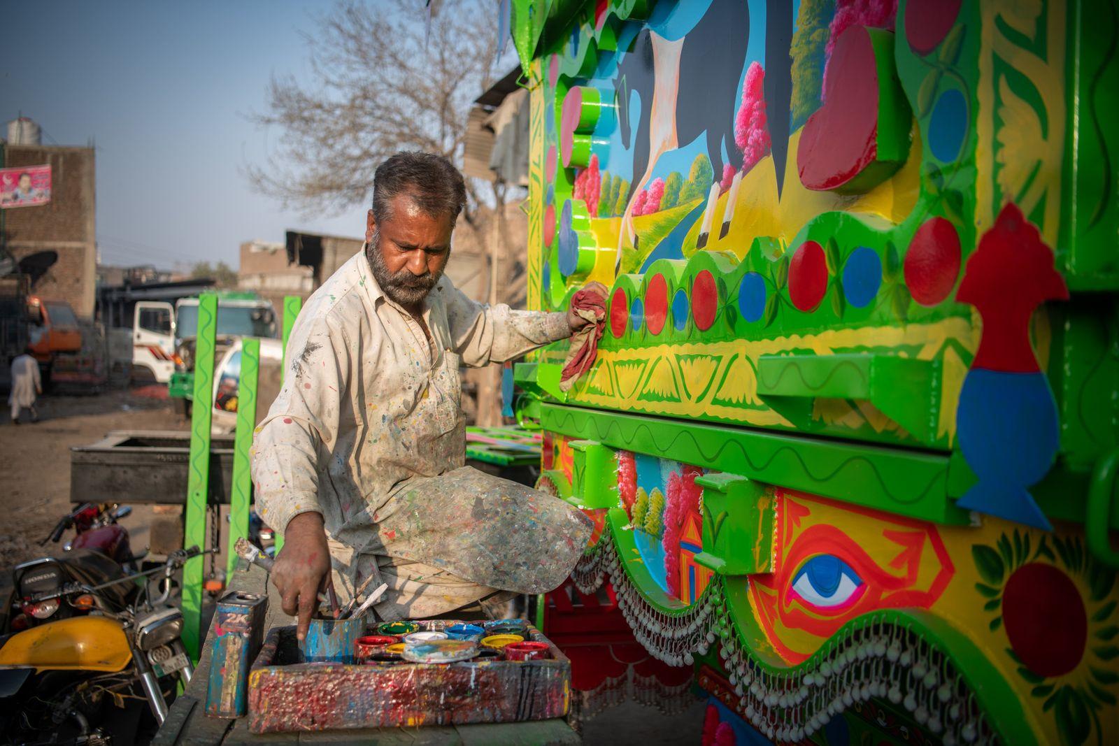 Bunte Lastwagen-Kunst in Pakistan