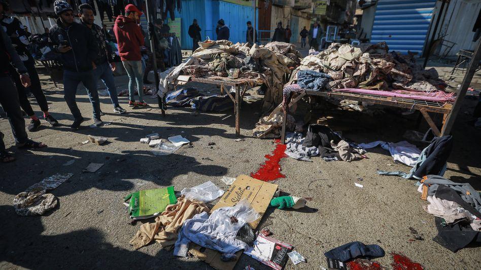 Altkleidermarkt im Zentrum Bagdads: Die zwei Attentäter hatten sich im Abstand weniger Minuten in die Luft gesprengt