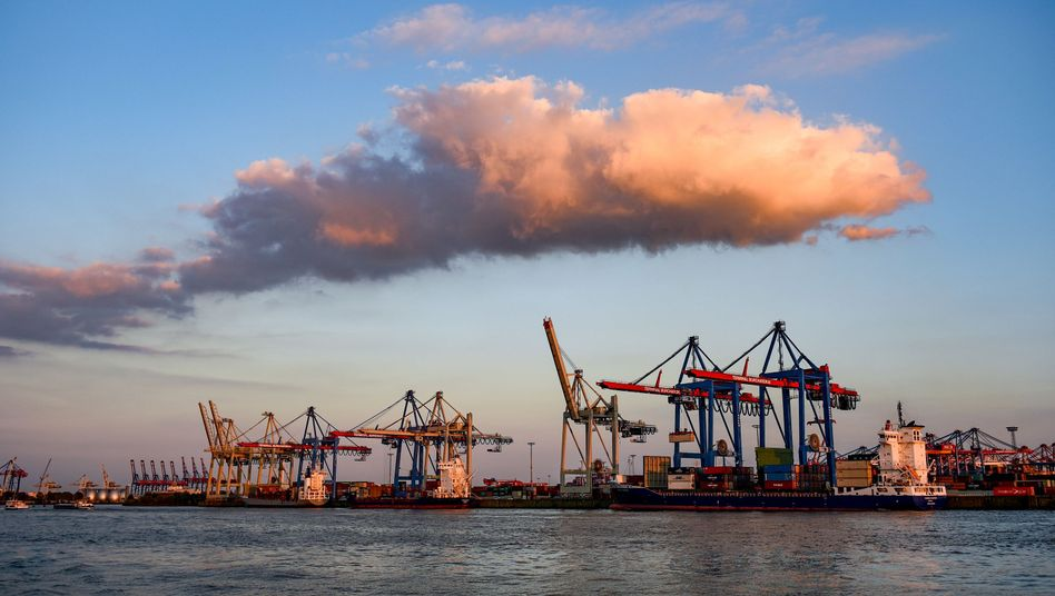 Containerschiffe bei der Abfertigung im Hamburger Hafen