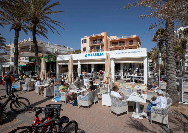 Touristen auf einer Restaurantterrasse in Palma de Mallorca