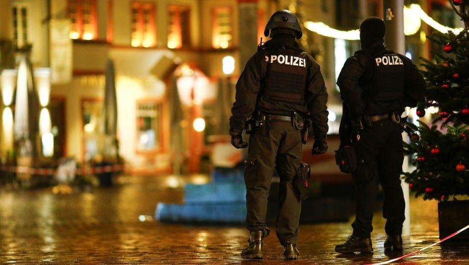 Polizisten am Tatort: Ermittlungen nach Amokfahrt gehen weiter