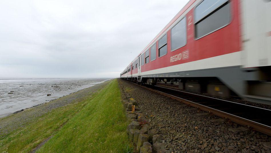 Ein Zug fährt über den Hindenburgdamm zwischen Sylt und Niebüll