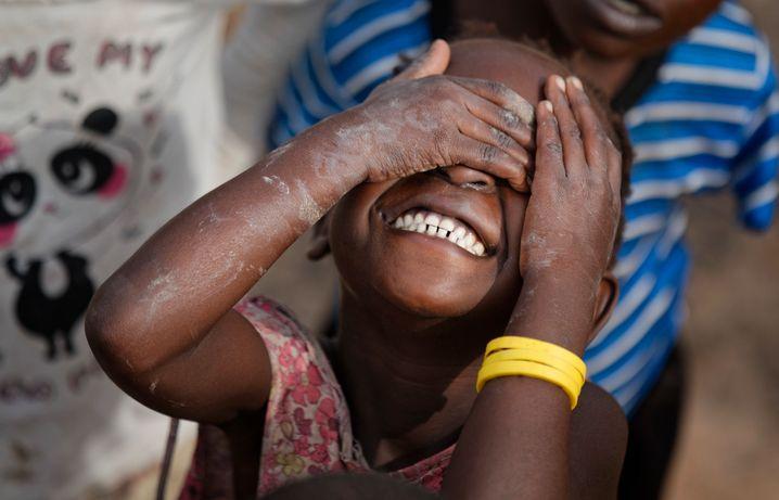 Es geht auch ohne weiße Retter: ein Hilfsprojekt von Unicef und Save the Children