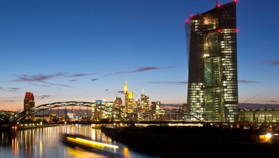 The European Central Bank's new headquarters (right) and the Frankfurt Financial District (in the distance): Record low interest rates are planned.