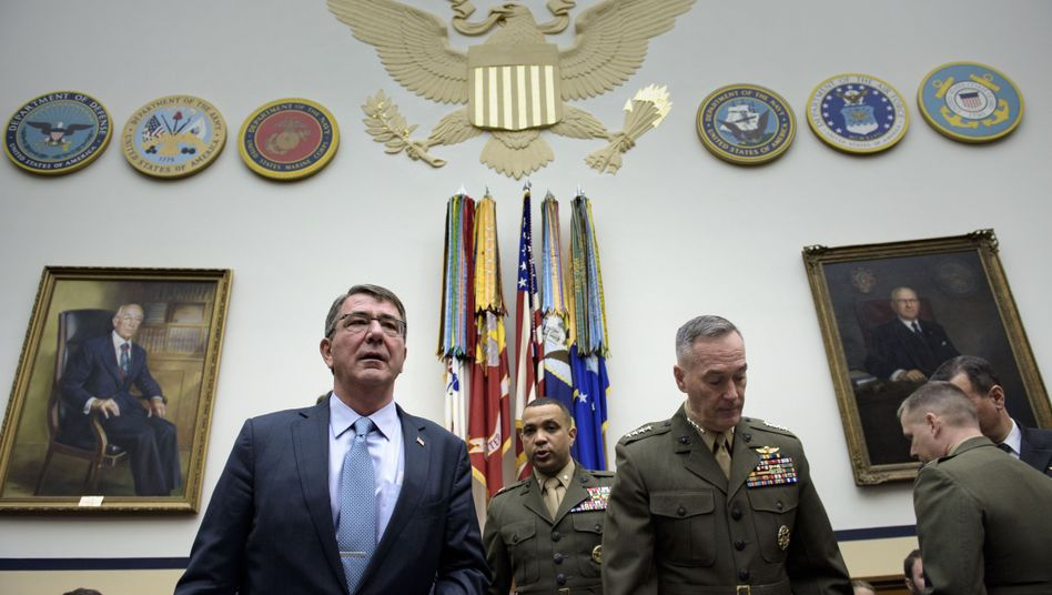 US-Verteidigungsminister Carter mit Militärs: Eliteeinheiten gegen den IS