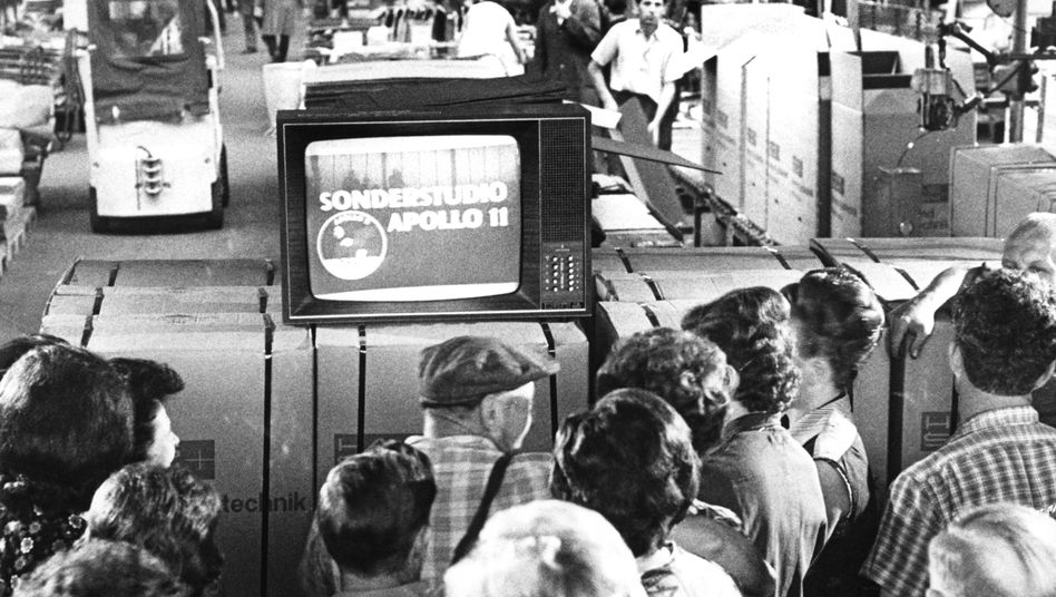 Zuschauer verfolgen TV-Übertragung der Mondlandung 1969