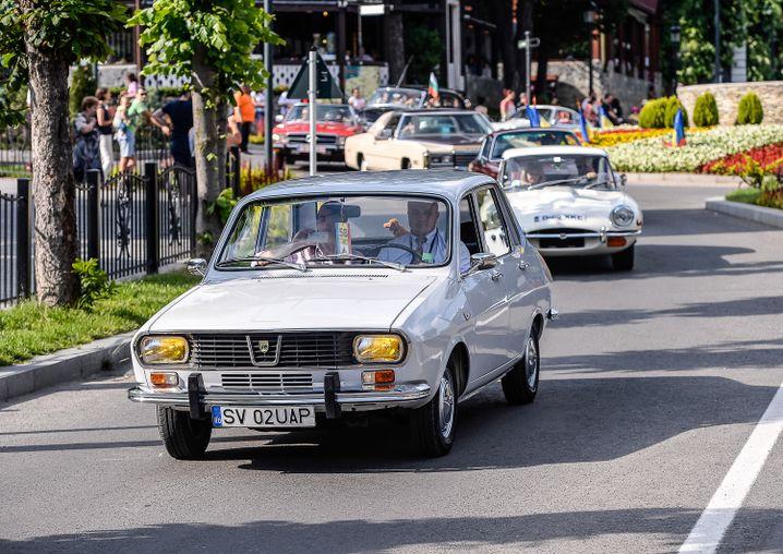 Der Oldie-Korso wird von einem Dacia angeführt