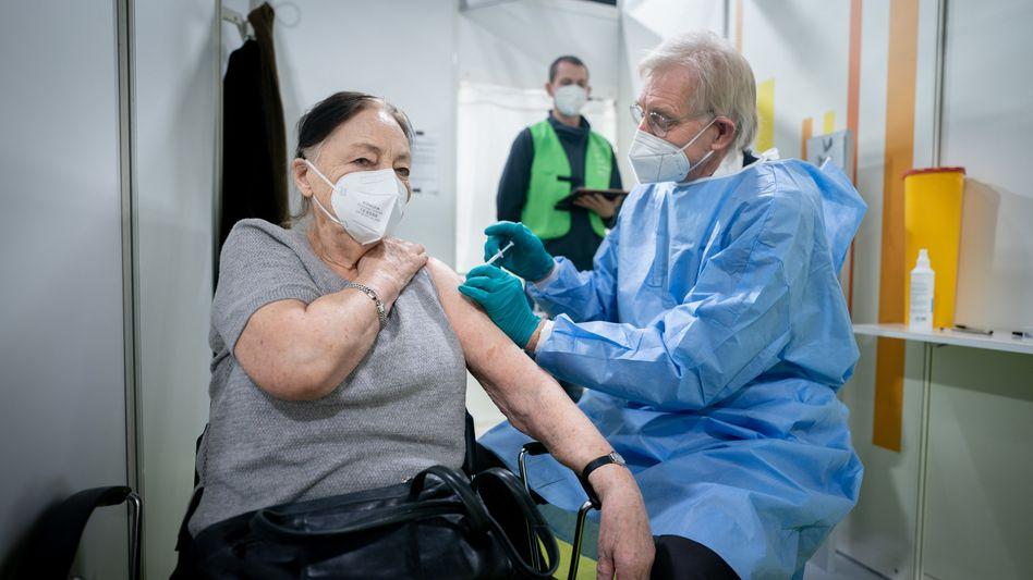 Die 88-jährige Anneliese Spies bekommt in einem Berliner Impfzentrum gegen das Coronavirus den Impfstoff von Biontech/Pfizer.