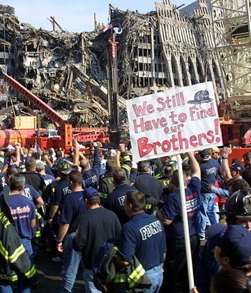 """Demo der Feuerwehrleute: """"Wir müssen immer noch unsere Brüder finden"""""""