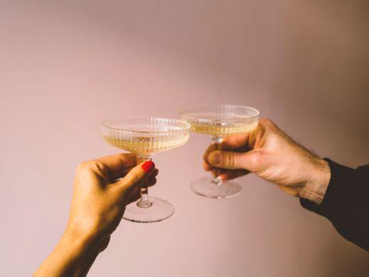 Geteilte Freude ist doppelte Freude: Stoßen Sie mit Freunden an aufs Schaltjahr