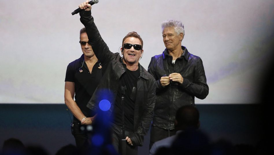 """Bono (Mitte) bei Apple in Cupertino: """"Wollen Sie das Album entfernen?"""""""