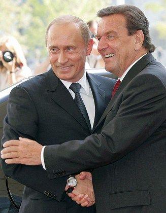Russland-Kenner Schröder (rechts, mit Premier Putin): Patt-Situationen vermeiden