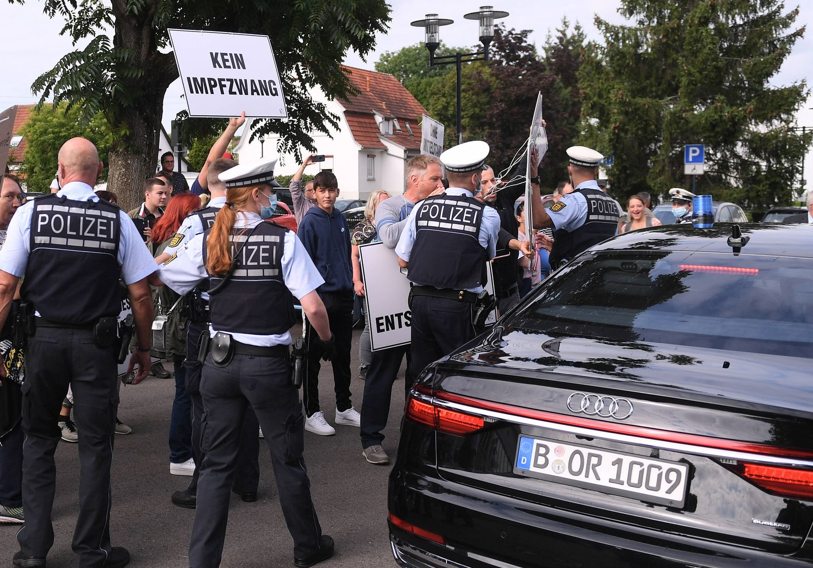 Moessingen (Kreis Tuebingen) 20.08.2021 Impfgegner protestieren mit Plakaten vor dem Pausa-Areal bei der Abfahrt von Bu