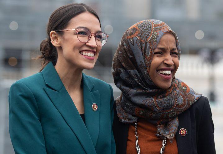 Alexandria Ocasio-Cortez und Ilhan Omar bei einer Pressekonferenz in Washington
