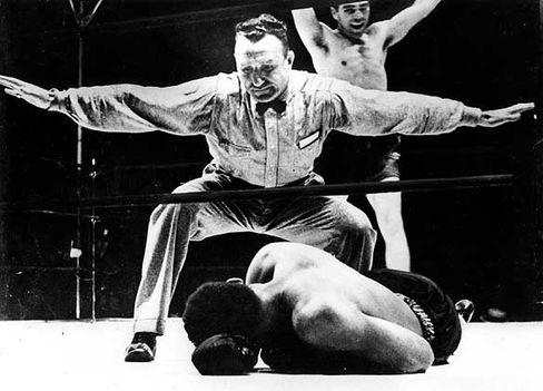 Box-Weltmeister Schmeling (jubelnd nach seinem Niederschlag gegen Louis): Mit einem Schlag Legende