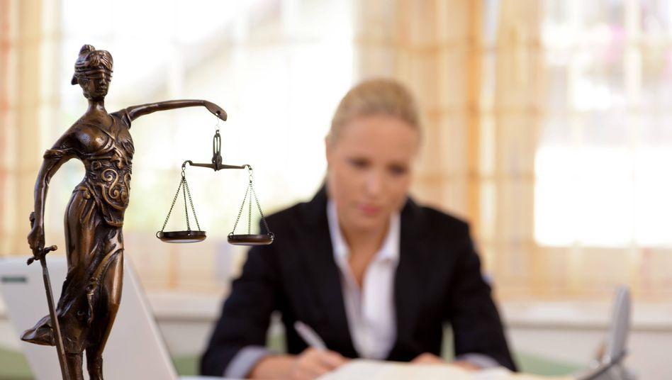 Justitia (Symbolbild): Eilanträge bei zahlreichen Gerichten