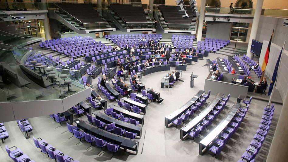 Spärlich besetzt: Der Plenarsaal des Bundestages bei einer Nachtsitzung im Juni 2019