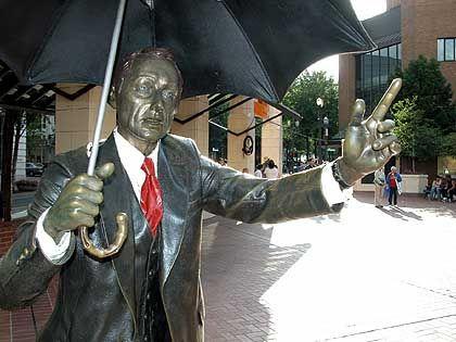 Bronzeskulptur auf Pioneer Courthouse Square: Widerstand wird zu (Pflaster-)Stein