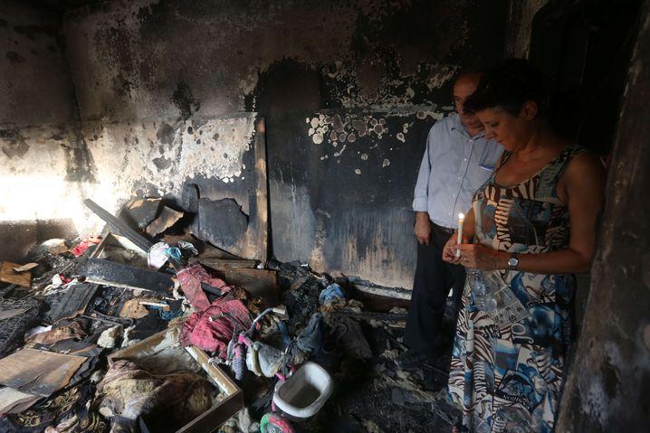 Mahnwache für Ali Dawabsha: Israelische Friedensaktivisten stehen mit Kerzen im ausgebrannten Haus der Dawabsha-Familie