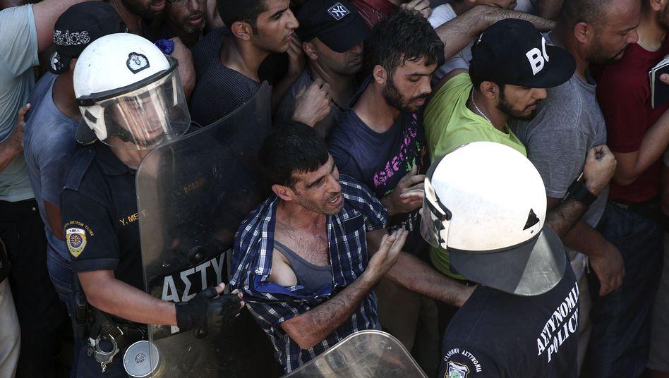 Flüchtlinge und Polizisten auf Kos: Organisationen bezeichnen Lage als chaotisch