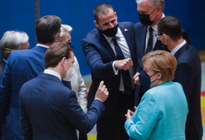 Merkel beim EU-Gipfeltreffen im Gespräch mit Österreichs Kanzler Sebastian Kurz
