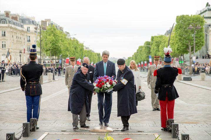 US-Außenminister Kerry in Paris: Kranzniederlegung auf den Champs-Elysées