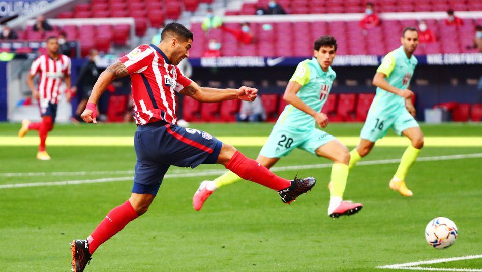 Luis Suárez beim Torschuss