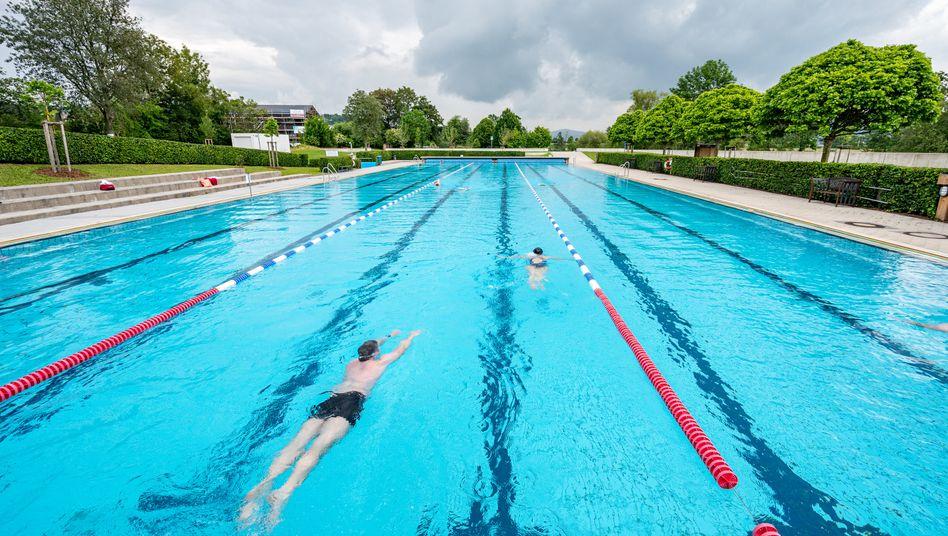 Badegäste im Freibad in Cham: Schwimmen ist vielerorts wieder möglich