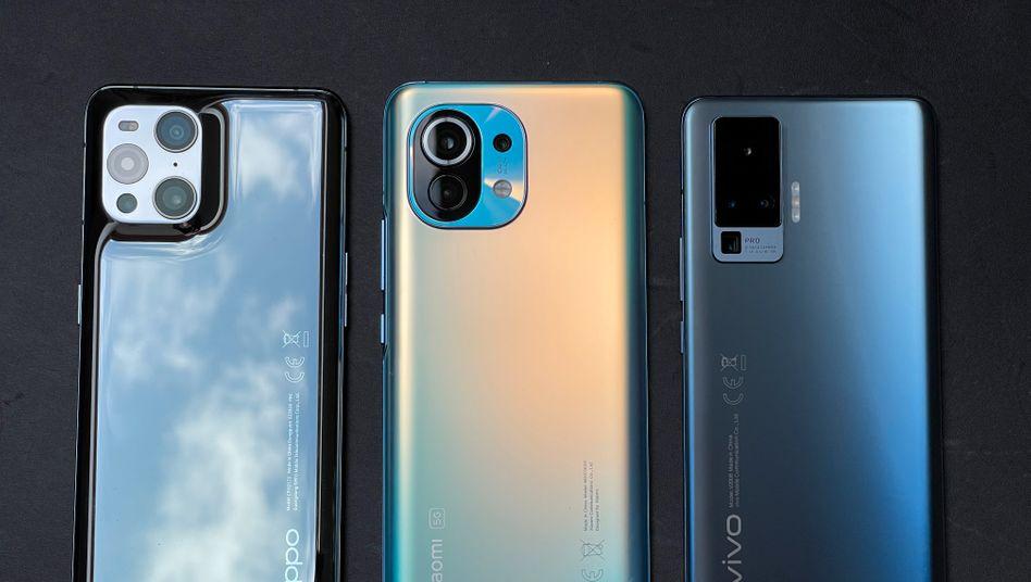 Rückansicht: Die drei getesteten Smartphones