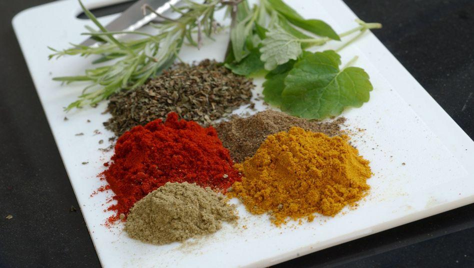 Küchenbrett mit Gewürzen: Selbst DDT fand sich in einer Curry-Probe