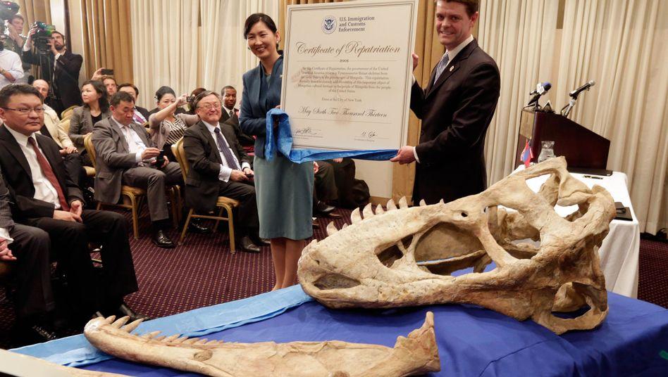 Happy End: Oyungerel Tsedevdamba (links), Kulturministerin der Mongolei, freut sich über Bataars Knochen. Der Fall hatte für diplomatische Spannungen gesorgt.