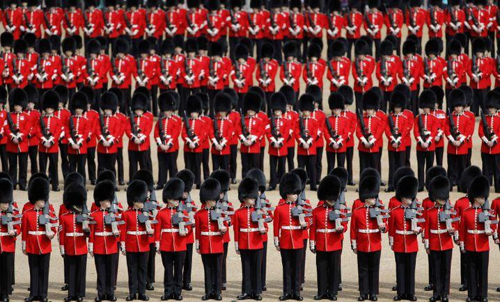 Eigentlich sind die Wachen während der Corona-Pandemie zum Schutz der Royals angehalten, strikt in kleinen Gruppen unter sich zu bleiben