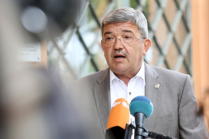 """Mecklenburg-Vorpommerns Innenminister Lorenz Caffier (CDU) spricht in Schwerin über die Ermittlungen: """"erschüttert und fassungslos"""""""