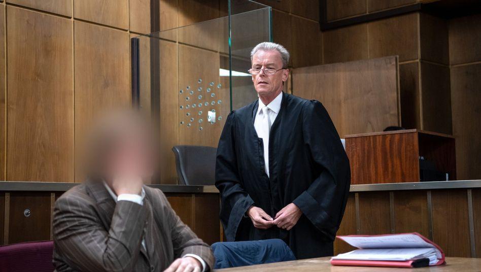 Angeklagte vor dem Landgericht Hannover: Vorwurf der schweren Misshandlung von Schutzbefohlenen