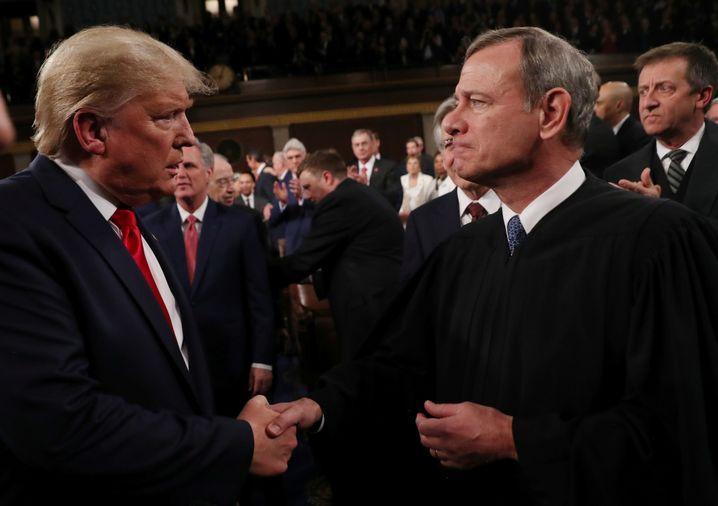 """""""Schrotflintenschuss ins Gesicht"""": Trump mit Supreme-Court-Chef John Roberts"""