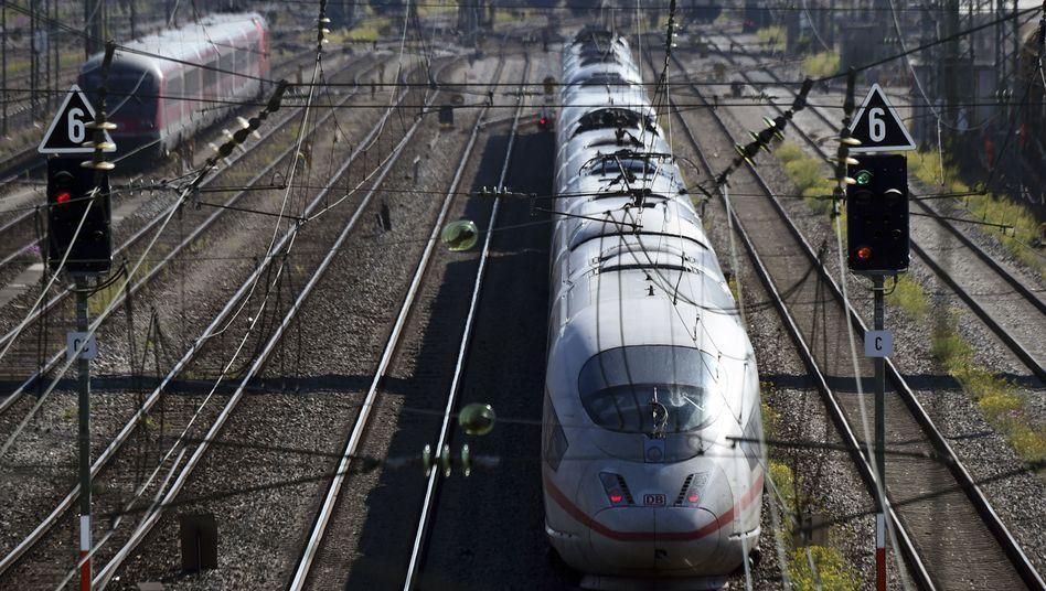 Ein ICE-Zug: Künftig will der Bund bei ausgewählten Vorhaben entscheiden, ob sie genehmigt werden