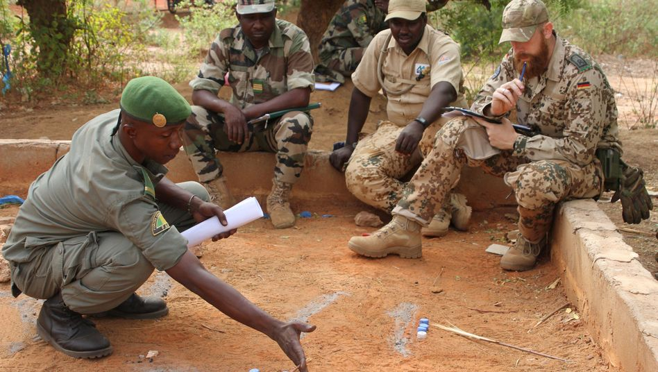 Malischer Soldat (l.), Teilnehmer der europäischen Trainingsmission EUTM Mali (Symbolbild)