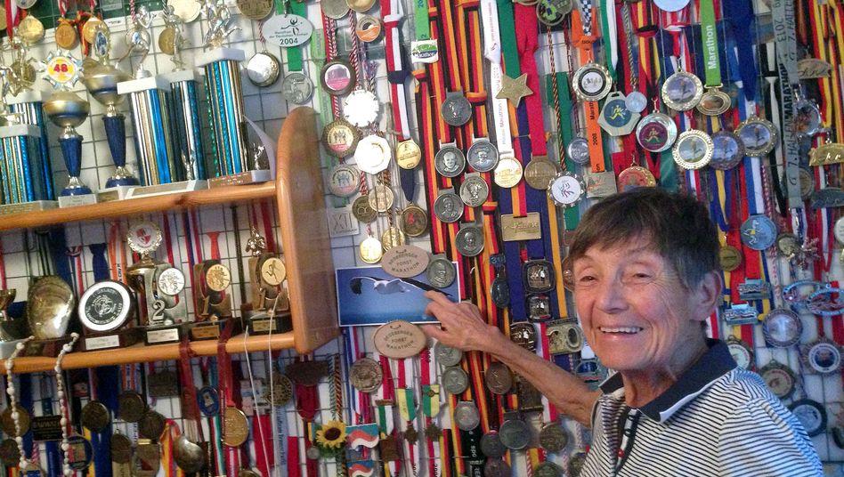 Sigrid Eichner vor ihrer Medaillenwand: Sie akzeptiere das Altern nicht, sagt die 73-Jährige
