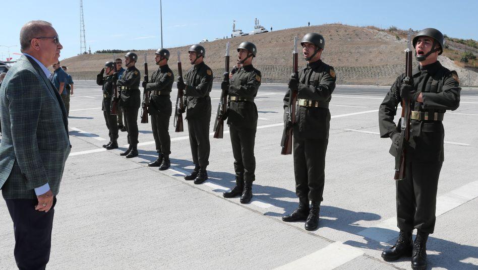 """Präsident Recep Tayyip Erdogan mit Soldaten: """"Meine Geschwister, nun werden wir in den Norden des Euphrats einrücken"""""""