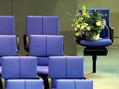 Trauerflor auf Möllemanns Stuhl im Bundestag