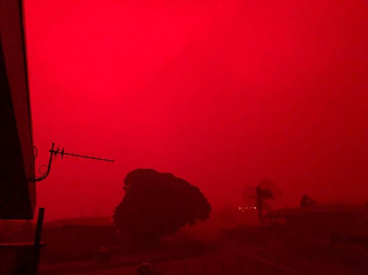 Buschfeuer in Mallacoota östlich von Melbourne, der Himmel färbt sich rot