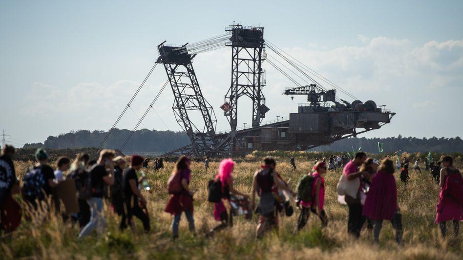 Demo-Teilnehmer an der Abrisskante des Hambacher Tagebaus